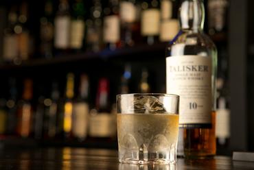 バックバーにずらり60種類以上並ぶ、ウイスキー各種