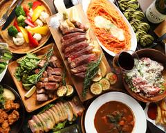 メインはローズマリー風味のグリルチキン、厚切りポークステーキ、黒毛和牛のサーロインからお選びください