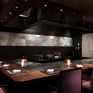 板長によるていねいで美しい懐石料理の他にも、鉄板焼専門のシェフ、寿司職人がそれぞれのカウンターでお迎えいたします。もちろんお客さまのお好みや召しあがるタイミングに合わせておもてなしいたします。