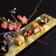 日本料理「水簾」でぜひ味わっていただきたいのが、国内外の一流料亭や日本料理店で研鑽を積んできた板長が手がける懐石料理。まるで芸術作品のような美しい色彩、そして繊細で奥深い味わいをご堪能ください。