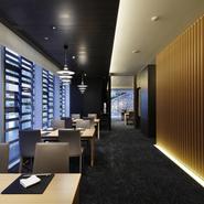 テーブル席は空間を広く取り配置され、木のあたたかみと大きな窓の開放感で、個室でなくてもゆったり。