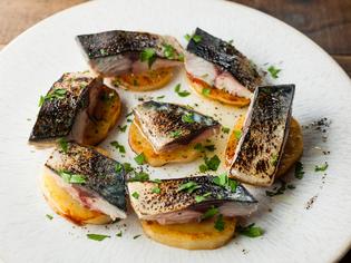 常連客に愛される看板料理『炙り鯖とじゃがいもの一皿』