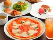 ピッツァの定番中の定番! モッツアレラチーズとトマトソースのシンプルながらも絶妙なコンビネーション。