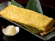 定番人気のメニュー。系列の【藤作】全店で同じレシピの『玉子焼』を提供。甘めの味付けの厚焼き玉子です。お土産としてもご利用いただいております。