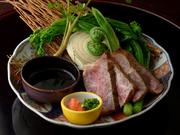 地元新潟県産の和牛をあぶり焼きでじっくりと焼き上げました。野菜も地物を使った地産池消の料理です。
