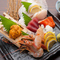新鮮ぴちぴちの魚介類を一皿に盛り付けた『お造り盛り合わせ』