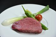 焼き加減はリクエストにお応えできる国産黒毛和牛のサーロインステーキ。上質の肉の旨味を味わって。