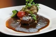 くずれるギリギリまでやわらかく煮込んだ和牛のほほ肉。とろける味を堪能してください。
