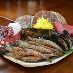 生でも食べられる新鮮な魚介類を鉄板焼で楽しめます