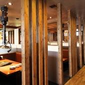 個室感を演出したテーブル席で、ゆっくりと食事が堪能できます