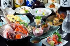 旬の食材を使い、充実した内容のコース。プラス税込み2000円で、2時間飲み放題をつけられます。