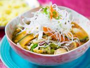 ホロリとほぐれるチキンレッグに旬の野菜、豆、コーンと具沢山。野菜の甘みとチキンのコクがじんわりと。