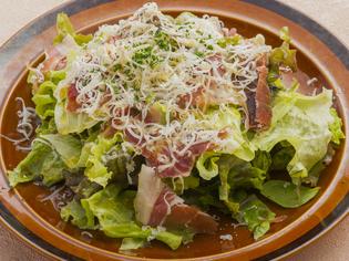 地産の野菜をたっぷり使った生ハムとスペインチーズのサラダ