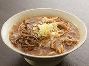 焼肉の後のシメご飯として人気の温麺。シコシコとした麺と、コクのあるテールスープがマッチ。