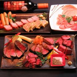 様々な種類の肉料理を120種類の飲み放題とともにお楽しみ頂けます!メインは豪華・牛赤身盛り合わせ♪
