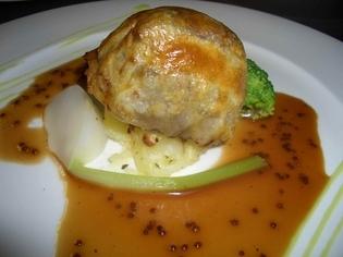 香り高い『牛肉とフォアグラのパイ包み焼き トリュフのソース』