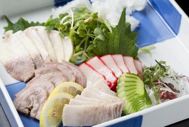 新鮮な鯨肉を使った『くじら刺しの盛り合わせ』(一人前)