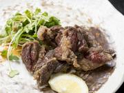 鯨の肉をショウガ醤油に漬け込んでから、香ばしくカラッと揚げた竜田揚げ。この店一番の人気メニューです。