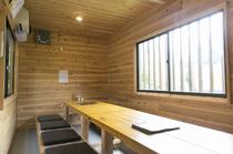 木の質感が心地よい、8名~16名まで利用可能な個室