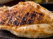 皮はパリッ、中はしっとり『大山鶏の刺身ステーキ』