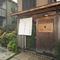 趣のある日本家屋の入口にさがった白いのれんが目印です