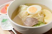 小麦の風味豊かなツルシコの白麺と自家製スープとの相性もバッチリ(ハーフ:550円)