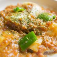 柔らかい軟骨を野菜と合わせ、自家製のトマトソースで煮込んだ一品。ほのかな酸味と甘みがやみつきに。