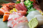 地元、糸満の港で上がった、新鮮なお魚をお刺身の盛り合わせで。人数に合わせて2つのサイズがあります。