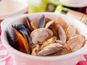 新鮮な貝とワインが絶妙にマッチ。ボリュームがあり、食べ応えも十分な逸品です。