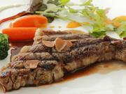 肉本来の味を楽しむため、厚切りにカットしたステーキです。外側は香ばしく、内側はレアに。