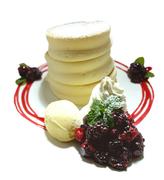 濃厚なチョコレートと苺をあわてた生クリーム、甘酸っぱいベリーソースを添えました