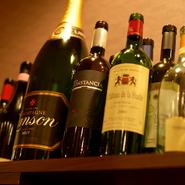ディナーはイタリアンをつまみながら、ワインを傾ける時間。大人のための、ちょっとオシャレな空間が満喫できます。世界各国の赤白15種類ほどが、リーズナブルに嗜めます。