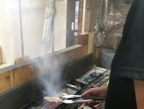 看板メニュー「焼きもの」は、国産肉にこだわり備長炭で香ばしく