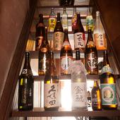 焼酎、日本酒と様々な銘柄が勢揃い。好みのお酒を見つけてみては