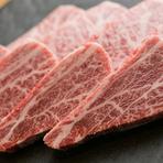 お洒落なオープンキッチンは、スタッフやシェフの見事な肉さばきが堪能できます。