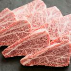 仙台牛を深く知るために、頻繁に生産者の元へ出向き勉強をかかしません。食べているエサは何か、どのように育てているのか。自分達がどのような肉を扱っているのかをスタッフと共に学んでいます。
