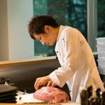 1人前のオーダーが入ってから肉をカットし始めます。店の食材は一切、冷凍されているものは無く、常に新鮮です。オーダーが入ってからマグロを切って寿司にするお寿司屋さんと同じ、鮮度が命です!