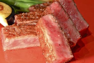 肉厚な山形牛を味わえる『サーロインステーキ 100g』