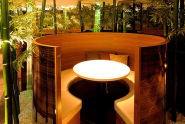 竹に囲まれた5つの円卓は人気の席、2人から4人で訪れた時に