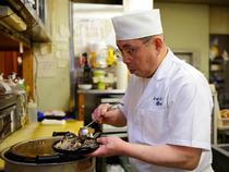 厨房からお客様の様子をみて、調理することを心がけていますね