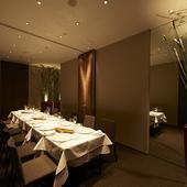 シックで上品な個室で、接待やハレの日の特別な食事を