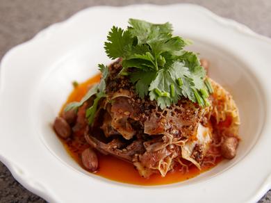 多彩なスパイスが織り成す深い味わい『牛スネとハチノスの冷菜』