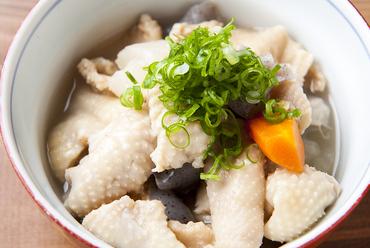 あっさりとした味わいがクセになる『特製 鶏皮塩煮込み』