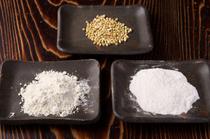個性際立つ2種類の蕎麦粉を使い分け