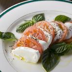 刺し身や寿司の合間に『石巻産のトマトとチーズのサラダ』