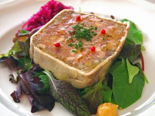様々な部位の肉を組み合わせた『イベリコ豚のパテ サラダ添え』