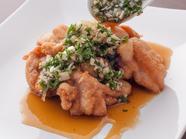 サクッとした食感でジューシーな『若鶏の唐揚げ薬味ソース』