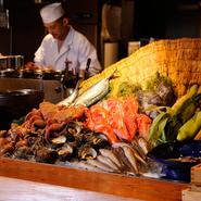 「魚金の目玉はやはり刺身です」と長島調理長が語るように、築地市場から毎日新鮮な魚を仕入れ、これでもかと言うほど豪快に提供しています。新鮮で種類も豊富、リーズナブルな価格も魅力です。