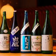 日本酒の品揃えには自信を持っています。グランドメニューにない、期間限定のお酒のほか、今まで飲んだことないような美味しいお酒に出会いを演出してくれます。焼酎やワインもお好みで選べるところも嬉しい限り。