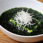 一丁の豆腐に、和風ダシを効かせた生の青のりをふんだんに使った一皿。口中に広がる得も言えぬ香りが至極。  ハーフ:580円